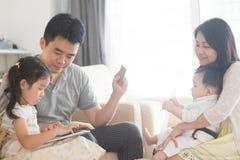 On-line shopping för asiatisk familj arkivbild