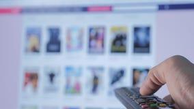 On-line-strömender Videoservice mit Apps und der Hand Smart Fernsehapparat Die männliche Fern Handholding die Steuerung drehen si stock footage