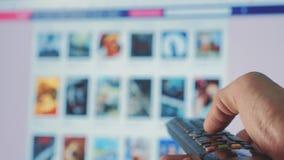 On-line-strömender Videoservice mit Apps und der Hand Smart Fernsehapparat Die männliche Fern Handholding die Steuerung drehen si stock video