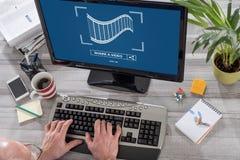 On-line-teilendes Videokonzept auf einem Computer Lizenzfreie Stockfotografie