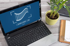 On-line-teilendes Videokonzept auf einem Laptop Stockfotos