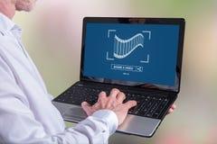 On-line-teilendes Videokonzept auf einem Laptop Lizenzfreies Stockfoto