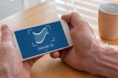 On-line-teilendes Videokonzept auf einem Smartphone Stockfotografie