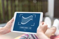 On-line-teilendes Videokonzept auf einer Tablette Stockbilder