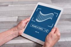 On-line-teilendes Videokonzept auf einer Tablette Lizenzfreie Stockfotos