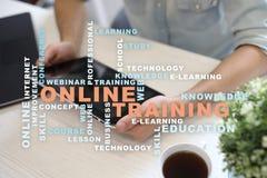 On-line-Training auf dem virtuellen Schirm getrennte alte Bücher Wortwolke lizenzfreies stockfoto