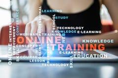 On-line-Training auf dem virtuellen Schirm getrennte alte Bücher Wortwolke Stockfotos