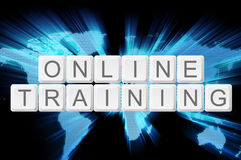 On-line-Trainings-Tastaturknopf mit Welthintergrund Lizenzfreie Stockfotos