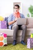On-line-- und laufendes Blog der des jungen Mannes kaufenden Kleidungs Stockbild