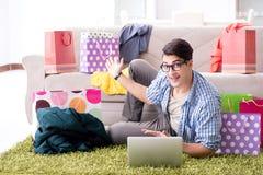 On-line-- und laufendes Blog der des jungen Mannes kaufenden Kleidungs Lizenzfreies Stockbild