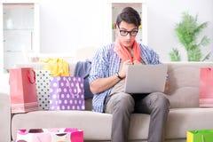 On-line-- und laufendes Blog der des jungen Mannes kaufenden Kleidungs Lizenzfreie Stockfotos