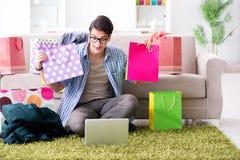 On-line-- und laufendes Blog der des jungen Mannes kaufenden Kleidungs Lizenzfreie Stockbilder