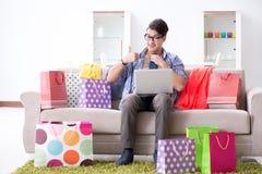 On-line-- und laufendes Blog der des jungen Mannes kaufenden Kleidungs Stockfotografie