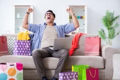 On-line-- und laufendes Blog der des jungen Mannes kaufenden Kleidungs Lizenzfreies Stockfoto