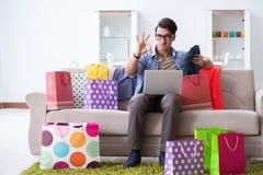 On-line-- und laufendes Blog der des jungen Mannes kaufenden Kleidungs Stockfoto