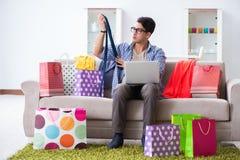 On-line-- und laufendes Blog der des jungen Mannes kaufenden Kleidungs Stockfotos