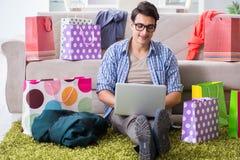 On-line-- und laufendes Blog der des jungen Mannes kaufenden Kleidungs Stockbilder