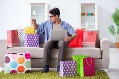On-line-- und laufendes Blog der des jungen Mannes kaufenden Kleidungs Lizenzfreie Stockfotografie