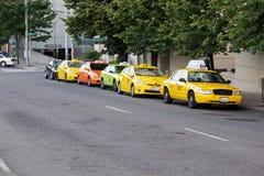 Line Up av taxitaxiar Arkivfoton