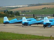 Line up för ljust flygplan på den Sussex flygplatsen Arkivbilder