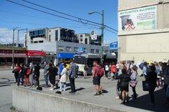 Line up för pendlare` s i 99 B-linje hållplats Vancouver royaltyfri foto