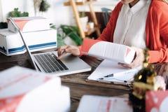 On-line-Verkäuferinhaber Sehr flacher DOF! Konzentrieren Sie sich auf der Hand und auf die Karte Stockbilder