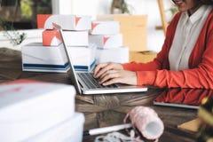 On-line-Verkäuferinhaber Sehr flacher DOF! Konzentrieren Sie sich auf der Hand und auf die Karte Stockfotografie