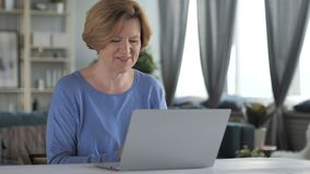 On-line-Videochat auf Laptop durch ältere Frau stock video footage