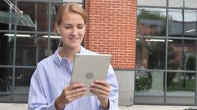 On-line-Videochat auf Tablet durch gehende Frau auf Straße stock video