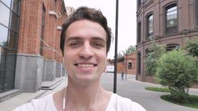 On-line-Videochat durch den Mann, der auf Straße, Webcam-Ansicht geht stock video footage
