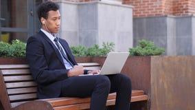 On-line-Videochat durch Designer Sitting auf der Bank, sprechend stock video footage