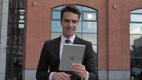 On-line-Videochat durch gehenden Geschäftsmann am Abend stock video