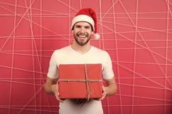 On-line-Weihnachtseinkaufen Gl?ckliches neues Jahr Gl?cklicher Sankt-Mann Der Morgen vor Weihnachten Mann im Sankt-Hutgriffweihna lizenzfreies stockbild