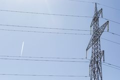 Linea ad alta tensione della colonna di elettricità Fotografie Stock
