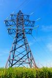Linea ad alta tensione e cielo blu Fotografie Stock Libere da Diritti