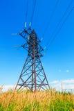Linea ad alta tensione e cielo blu Fotografia Stock