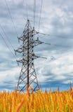 Linea ad alta tensione e cielo nuvoloso Fotografie Stock Libere da Diritti