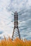 Linea ad alta tensione e cielo nuvoloso Fotografia Stock