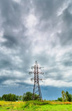 Linea ad alta tensione e cielo nuvoloso Fotografie Stock