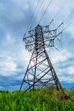 Linea ad alta tensione e nuvole temporalesche Fotografie Stock Libere da Diritti