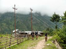 Linea ad alta tensione pericolosa nel villaggio di Thamchok - Nepal Fotografie Stock