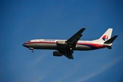 Linea aerea 737-4H6 della Malesia sul finale Fotografie Stock