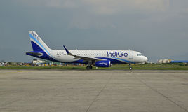 Linea aerea dell'indaco all'aeroporto internazionale del Nepal Tribhuvan immagini stock libere da diritti