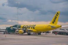 Linea aerea di spirito atterrata a Denver International Airport fotografie stock