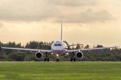 Linea aerea EGEA Aeroplano prima del decollo La Russia, St Petersburg, Pulkovo, funzionario che macchia il 15 agosto 2018 fotografia stock