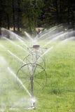 Linea attrezzatura agricola della ruota di irrigazione dello spruzzatore Immagini Stock Libere da Diritti