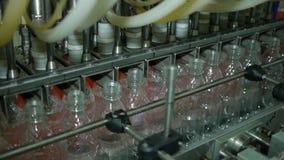 Linea automatica del trasportatore per acqua e limonata di riempimento in una bottiglia di plastica Linea di imbottigliamento aut stock footage