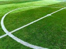 Linea bianca del cerchio al centro del campo da calcio Immagini Stock