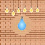 Linea caduta della lampadina sopra ad un muro di mattoni, illustrazione royalty illustrazione gratis
