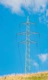 Linea cavo di energia della trasmissione di energia elettrica di alta tensione della torre Fotografia Stock Libera da Diritti